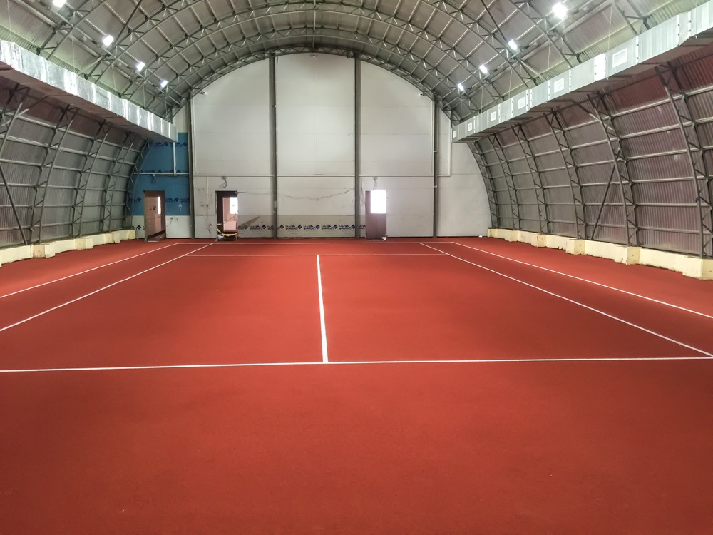 Теннисный корт с дополнительными спортивными секциями