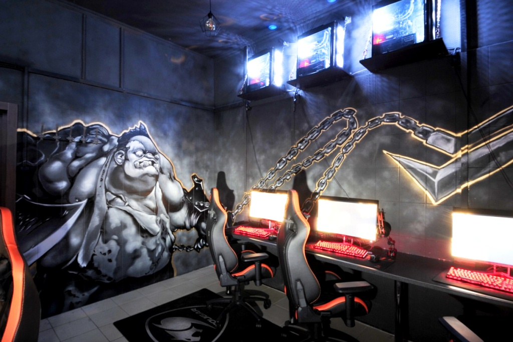 Компьютерный клуб с мощным оборудованием